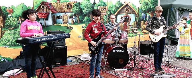 «Эстраджанс» — обучение детей и взрослых игре на электрогитаре, фортепиано, бас-гитаре, клавишном инструменте и ударной установке в Хабаровске